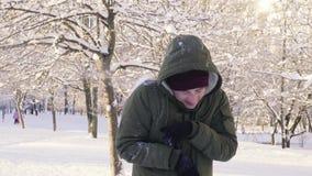 Homem novo que obtém a bola de neve no corpo e na cabeça filme