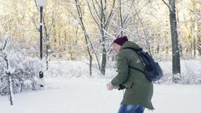 Homem novo que obtém a bola de neve no corpo e na cabeça video estoque