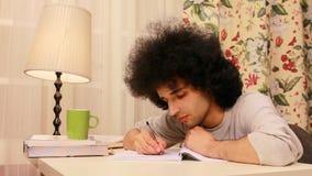 homem novo que obtém sonolento ao estudar 3 video estoque