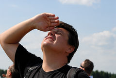 Homem novo que olha no céu imagens de stock royalty free