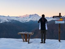 Homem novo que olha o maciço de Monte Rosa fotografia de stock royalty free
