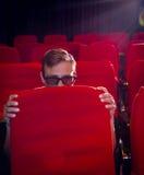 Homem novo que olha um filme 3d assustador Imagens de Stock