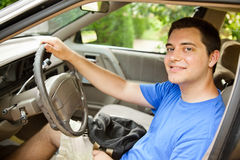 Homem novo que põr sobre o seatbelt Fotos de Stock Royalty Free