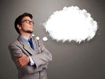 Homem novo que pensa sobre o discurso da nuvem ou a bolha do pensamento com bobina Imagens de Stock