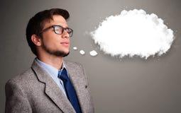 Homem novo que pensa sobre o discurso da nuvem ou a bolha do pensamento com bobina Imagem de Stock