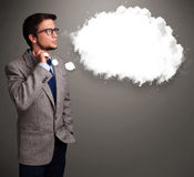 Homem novo que pensa sobre o discurso da nuvem ou a bolha do pensamento com bobina Fotos de Stock