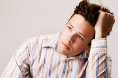 Homem novo que pensa sobre o futuro Foto de Stock