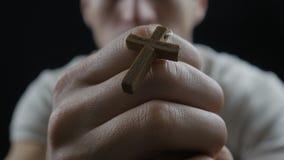Homem novo que praying ao deus Conceito da fé e da religião vídeos de arquivo