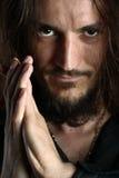 Homem novo que praying e que olha na câmera Imagens de Stock