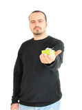 Homem novo que prende o presente pequeno (foco no presente) Foto de Stock