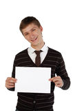 Homem novo que prende uma folha de papel Imagens de Stock