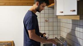 Homem novo que prepara o café da manhã para si mesmo filme