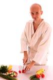 Homem novo que prepara a salada Imagens de Stock Royalty Free