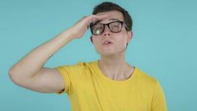 Homem novo que procura a possibilidade nova, fundo azul filme