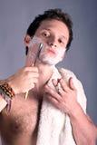 Homem novo que raspa o cutthroat antigo Imagem de Stock Royalty Free