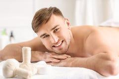 Homem novo que relaxa Fotografia de Stock Royalty Free