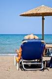 Homem novo que relaxa na praia Fotografia de Stock