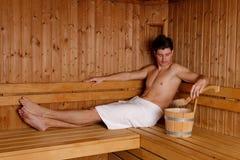 Homem considerável novo na sauna imagem de stock
