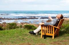 Homem novo que ri ao ar livre Imagem de Stock