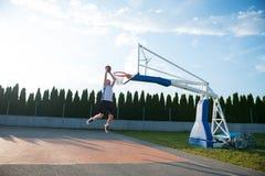 Homem novo que salta e que faz um afundanço fantástico que joga o stree foto de stock