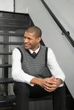 Homem novo que senta-se em escadas foto de stock royalty free