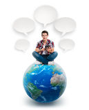 Homem novo que senta-se em um planeta com uma tabuleta ilustração do vetor