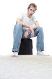Homem novo que senta-se em um subwoofer imagem de stock royalty free