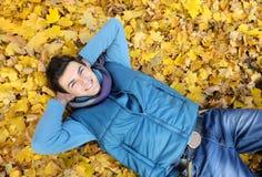 Homem novo que senta-se no parque. Imagem de Stock
