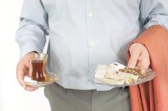 Homem novo que sere chai e doces turcos Fotos de Stock Royalty Free
