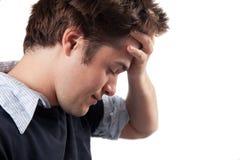Homem novo que sofre do esforço e da depressão foto de stock