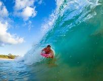 Homem novo que surfa Fotos de Stock Royalty Free
