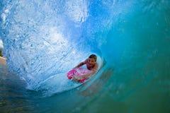 Homem novo que surfa Foto de Stock