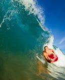 Homem novo que surfa Fotografia de Stock