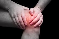 Homem novo que tem a dor do joelho Imagens de Stock Royalty Free