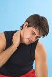 Homem novo que tem uma dor de cabeça fotografia de stock royalty free