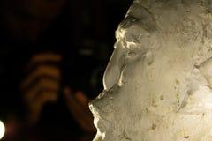 Homem novo que toma a imagem à escultura imagem de stock