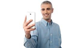 Homem novo que toma um retrato de você foto de stock royalty free