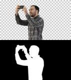 Homem novo que toma um selfie, Alpha Channel imagens de stock