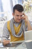 Homem novo que trabalha com almofada do desenho Fotografia de Stock Royalty Free