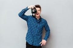 Homem novo que trabalha com câmera foto de stock