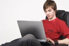 Homem novo que trabalha no computador fotografia de stock royalty free