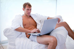 Homem novo que trabalha no portátil na manhã Imagem de Stock Royalty Free
