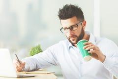Homem novo que trabalha no projeto Imagens de Stock