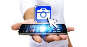 Homem novo que usa a aplicação moderna da câmera Imagens de Stock Royalty Free
