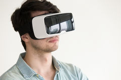 Homem novo que usa auriculares wearable de VR, glas de tentativa da realidade virtual Foto de Stock