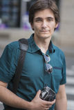 Homem novo que usa a câmera do filme do vintage Imagem de Stock