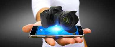 Homem novo que usa a câmera moderna Foto de Stock Royalty Free