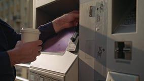 Homem novo que usa o ATM filme