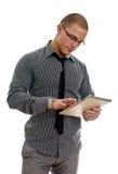 Homem novo que usa o PC da tabuleta. Imagens de Stock