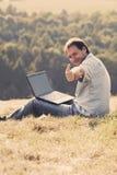 Homem novo que usa o portátil Imagens de Stock Royalty Free